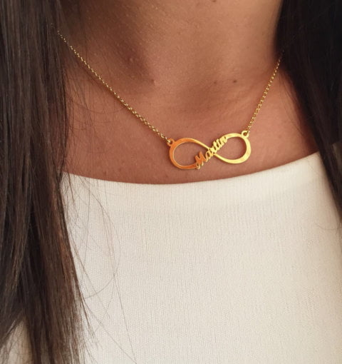 collar con nombres oro